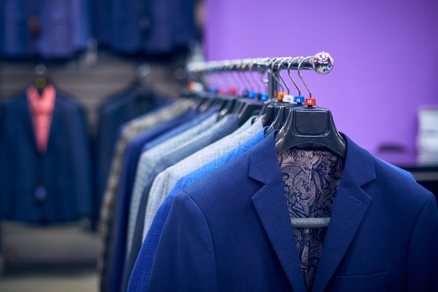 Vestes pour hommes sur des cintres dans le magasin pour hommes