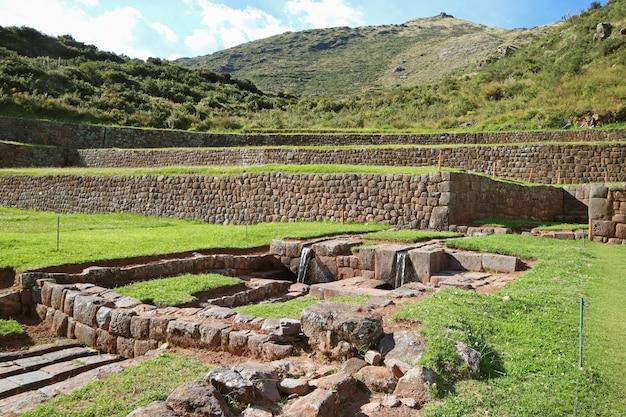 Les vestiges des canaux d'eau extérieurs de tipon, site archéologique de la vallée sacrée