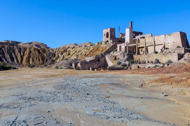 Vestiges des constructions qui faisaient partie de la mine mazarron murcie maintenant une zone désertique