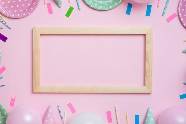 Vêtement de table de fête couleur pastel avec cadre en bois