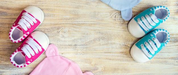 Vêtements et accessoires bébé sur fond clair
