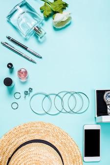Vêtements et accessoires pour femmes sur fond turquoise