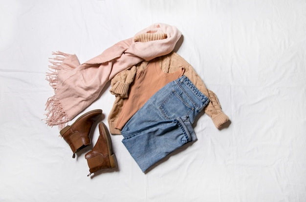Vêtements et accessoires pour femmes installés sur une vue de dessus de fond blanc un style moderne et décontracté