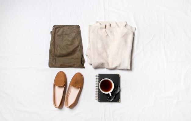 Vêtements et accessoires pour femmes installés sur une vue de dessus de fond blancune tenue moderne et décontractée