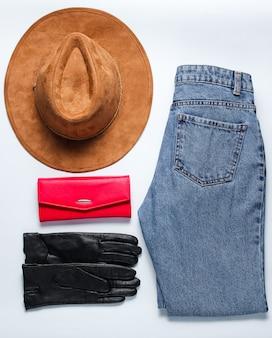 Vêtements et accessoires pour femmes à la mode. jeans, chapeau, portefeuille, bottes. style plat
