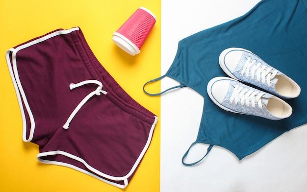 Vêtements et accessoires pour femmes pour le fitness. sneaker, short de sport, t-shirt. style plat. vue de dessus