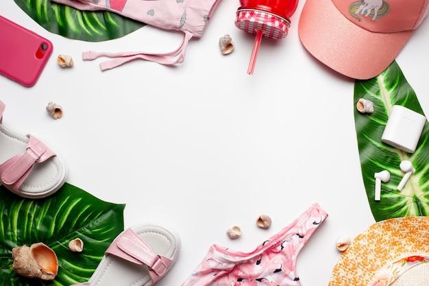 Vêtements Et Accessoires Pour Filles De Mode De Plage Avec Des Feuilles Vertes Et Des Coquillages Photo Premium