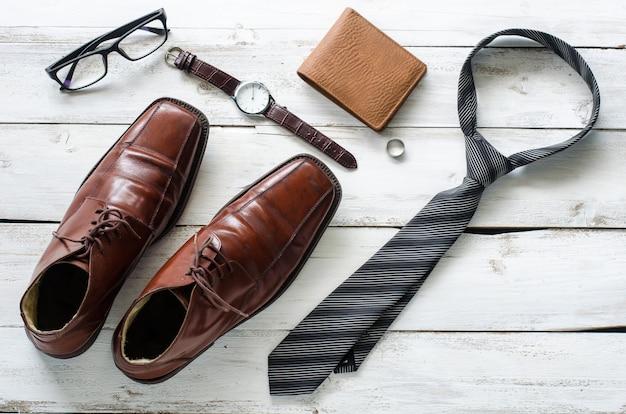Vêtements et accessoires pour hommes sur le plancher en bois