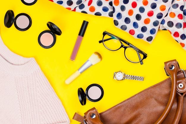 Vêtements d'automne féminin, accessoires et articles de maquillage à plat, vue de dessus