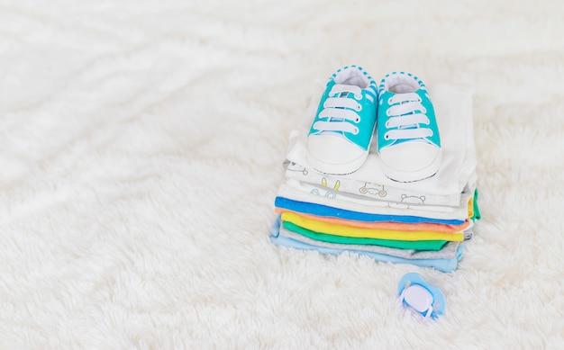 Vêtements de bébé sur un blanc