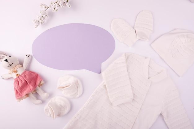 Vêtements de bébé avec bulle de dialogue vide