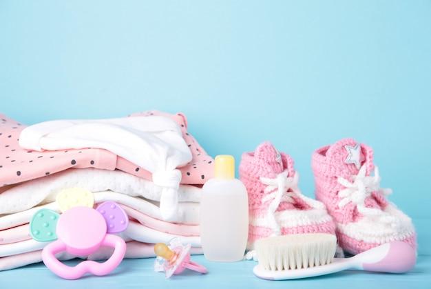 Vêtements bébé avec chaussons et peigne sur bleu