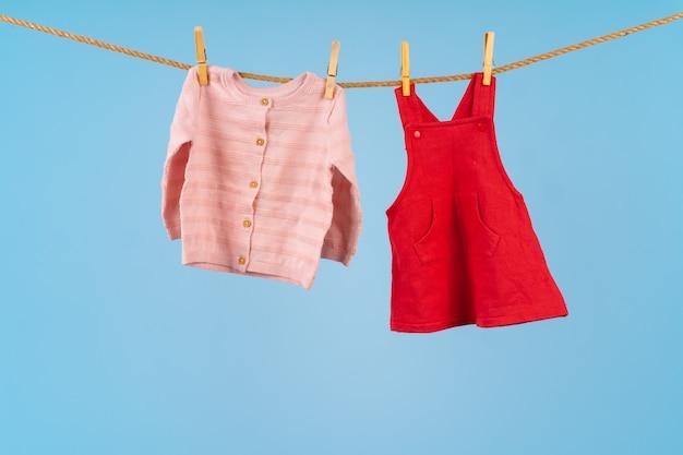 Vêtements de bébé fille épinglés sur une corde à linge