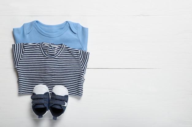 Vêtements bébé sur fond blanc. place pour le texte
