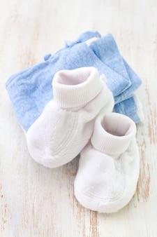 Vêtements de bébé sur fond blanc