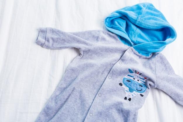 Vêtements bébé garçon sur blanc