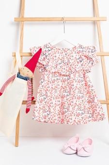Vêtements de bébé mignon accroché sur le support