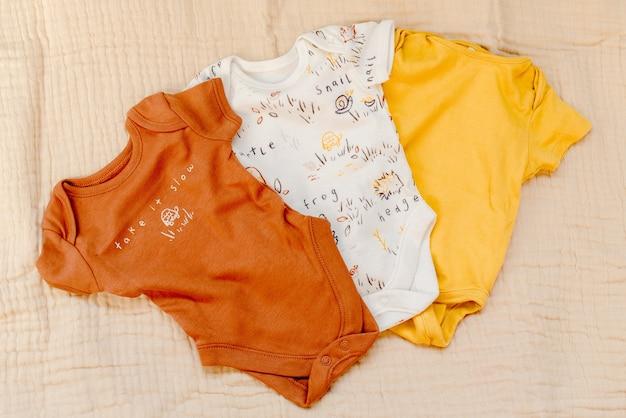 Vêtements bébé sur mousseline beige