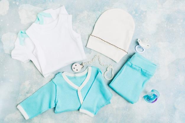 Vêtements de bébé nouveau-né - body blanc, chemise bleue, pantalon bleu, chapeau blanc et pacifique