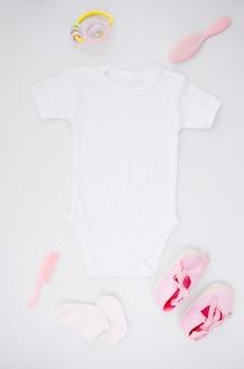 Vêtements de bébé plat poser avec fond blanc