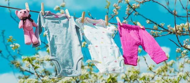 Les vêtements de bébé sèchent dans la rue