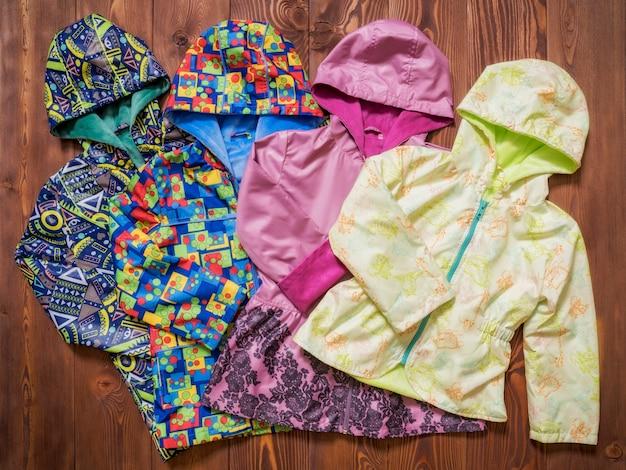 Vêtements bébé sur la table en bois