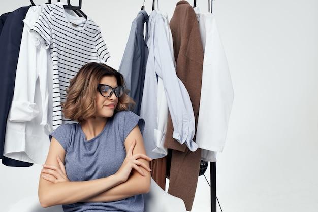 Vêtements de belle femme raccord fond clair de style moderne