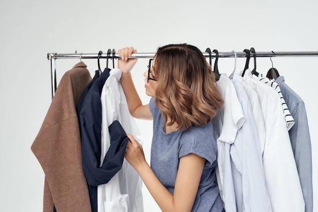 Vêtements de belle femme raccord fond isolé de style moderne