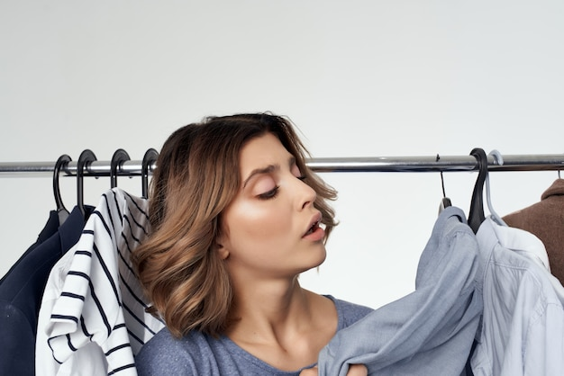 Vêtements de belle femme s'adaptant au style de vie amusant de style moderne