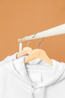 Vêtements blancs sur cintre avec étiquette d'information