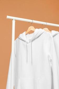 Vêtements blancs sur cintre vue basse