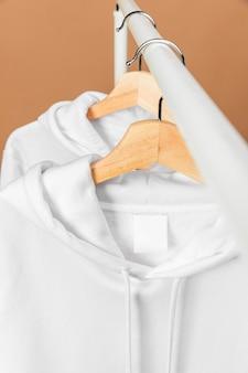 Vêtements blancs sur vue de face de cintre