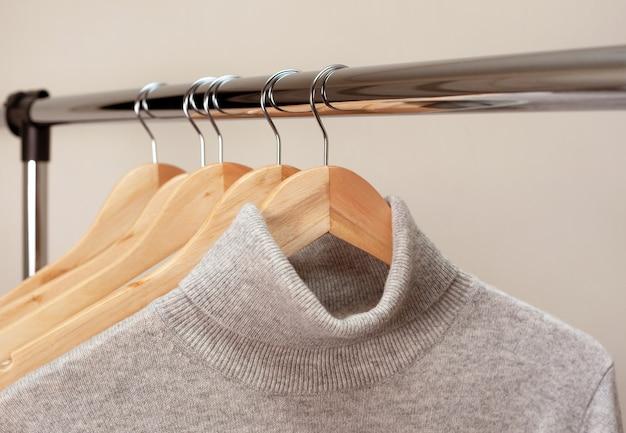 Des vêtements chauds sur un cintre