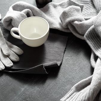 Des vêtements chauds et une tasse de thé