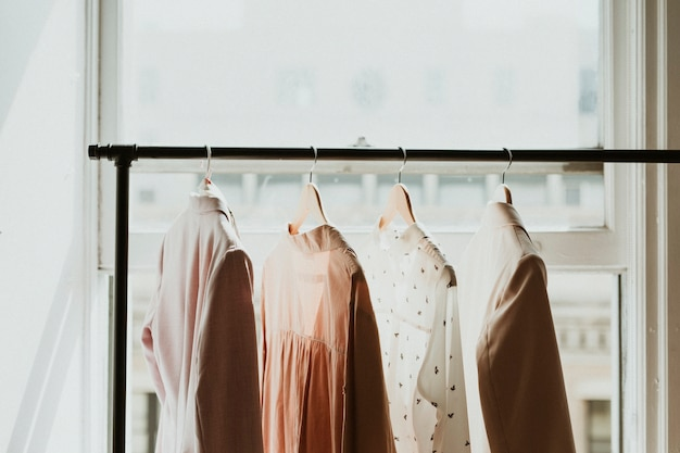 Vêtements sur cintre dans une boutique