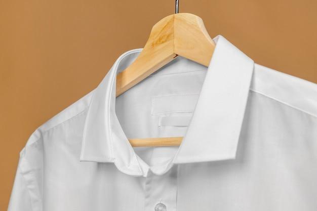 Vêtements sur cintre avec étiquette d'espace copie d'informations