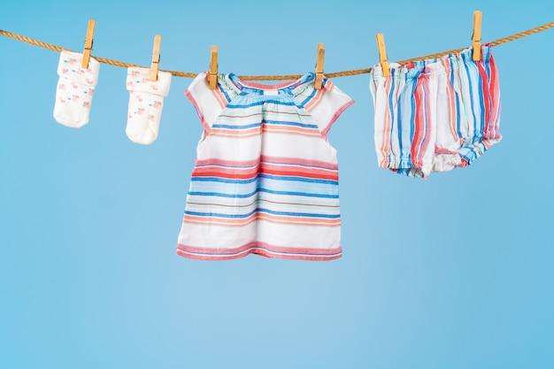 Vêtements colorés mignon bambin accrocher sur une corde
