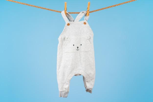 Vêtements colorés pour tout-petits mignons accrocher sur une corde
