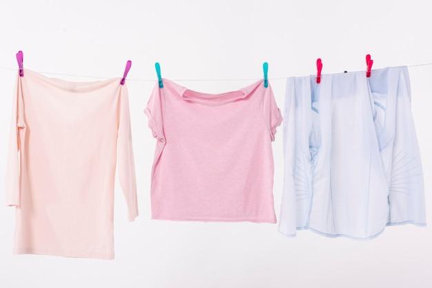 Vêtements colorés séchant sur une corde à linge