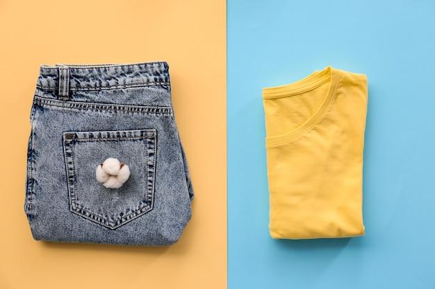 Vêtements en coton sur beige et bleu