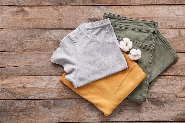 Vêtements en coton sur bois