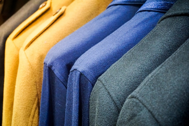 Vêtements de couleur pastel. vêtements féminins sur une tringle ouverte