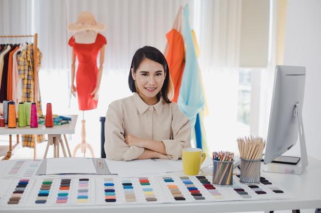 Vêtements de créateurs à table de travail au bureau avec succès.