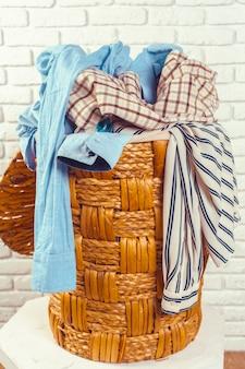 Vêtements dans un panier en bois