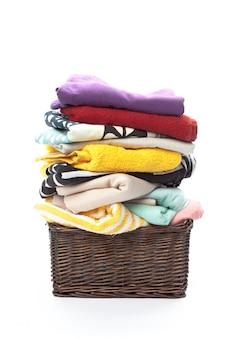 Vêtements dans un panier à linge en bois isolé