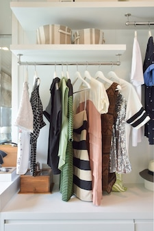 Vêtements décontractés suspendus dans une armoire ouverte