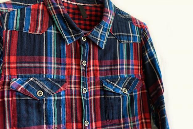 Vêtements . détails de la chemise à carreaux sur le blanc.