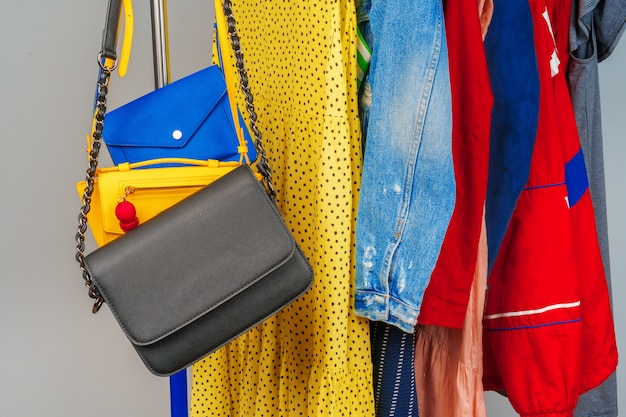 Vêtements différents colorés de femme sur cintre bouchent