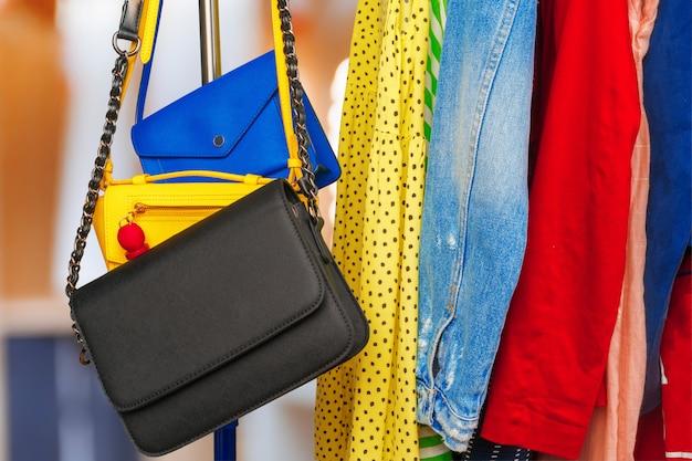 Vêtements différents colorés de la femme sur le cintre se bouchent