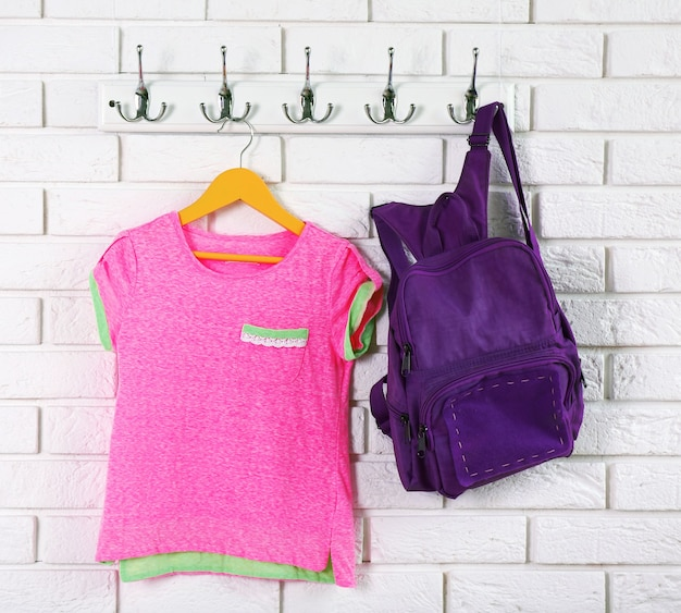 Vêtements enfant sur cintre sur fond de mur blanc